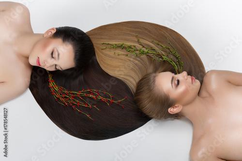 Plakat dwie dziewczyny z pięknymi długimi włosami