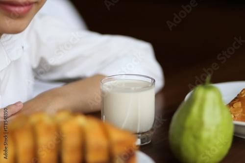 Fototapeta Młoda dama je śniadanie