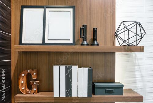 Zdjęcie XXL Drewniana półka ścienna z dekoracyjnymi przedmiotami w łazience