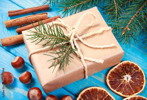 Tuinposter Kruiderij Christmas gifts in rustic boxes on wooden background.