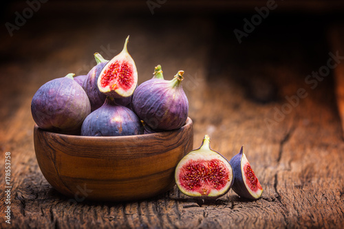 Fotografia Figs. A few figs in a bowl on an old wooden background