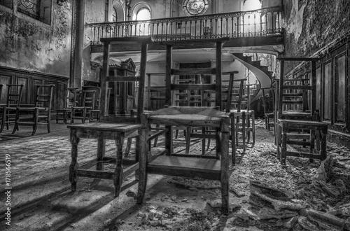 Photo sur Toile Drawn Street cafe Marodes, verlassenes Haus mit Kapelle