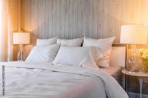 Fotografía Bed maid-up with clean white pillows and bed sheets in beauty room