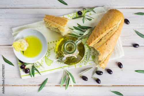 Photo Aceite de oliva virgen extra especias hierbas y condimentos para una comida sana