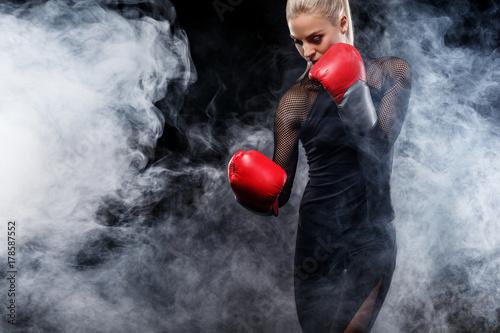 Plakat Silny atletyczny, kobieta bokser, boks na szkolenia na czarnym tle. Sport boks koncepcji z miejsca kopiowania.