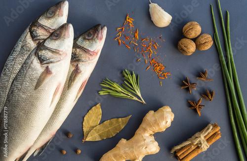 Fototapeta Ryby z okonia morskiego z imbirem, orzechami, czosnkiem, rozmarynem, cebulą i przyprawą