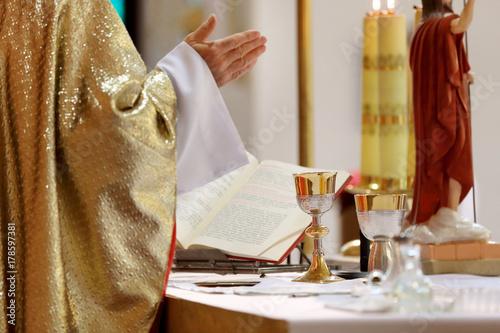 Carta da parati Priest celebrate mass at the church