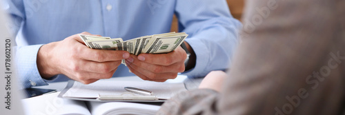 Fotografía  The businessman considers cash dollars in the office