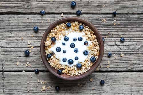 Fototapeta miska owsiane muesli z jogurtem, świeże jagody