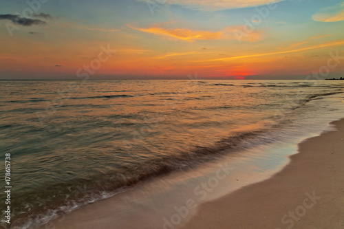 Spoed Foto op Canvas Zee zonsondergang Tropical beach at sunset.