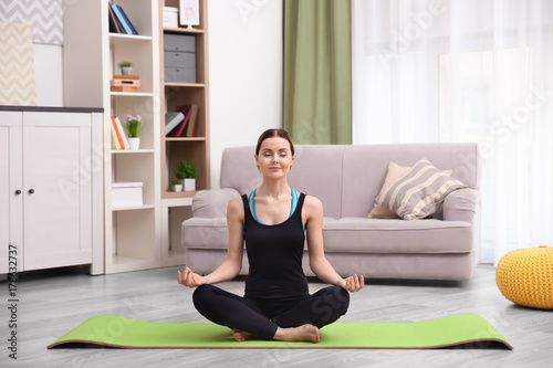 Poster Ecole de Yoga Young beautiful woman training at home