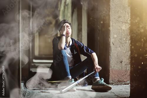 Zdjęcie XXL Młoda osoba z kijem baseballowym