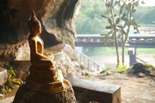 Zdjęcie XXL Stara ustawa buddyjska w jaskini.