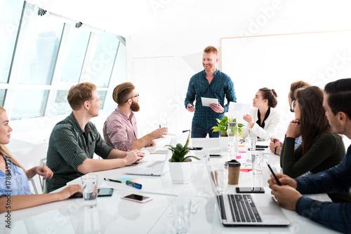Zdjęcie XXL Zespół biznesmenów współpracują ze sobą w biurze. Koncepcja pracy zespołowej i partnerstwa