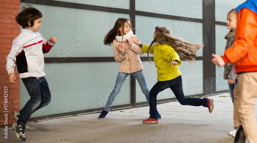 Fotografie, Obraz  child's play catch-up in park