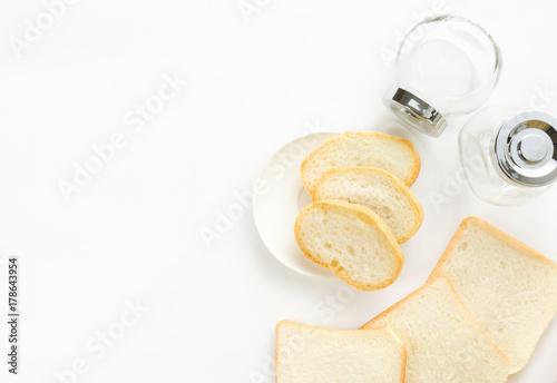 Plakat Chleb na białym tle i szklaną butelkę znajduje się w pobliżu.