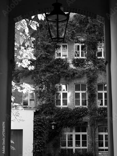 Blick Durch Eine Toreinfahrt In Einen Hinterhof Mit Schonem