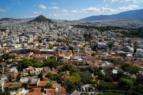 Plakat Widok piękny Ateny pejzaż miejski od akropolu widzieć budynek architekturę, góry Lycabettus, górę, niebieskie niebo i spławowy biel, chmurniejemy tło