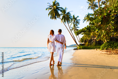 Fotografia Romantic couple walking together on tropical beach, sunny summer honeymoon