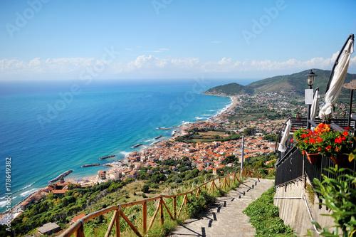 Castellabate, Cilento, Włochy - panoramiczny widok na miasto, wybrzeże i Morze Śródziemne