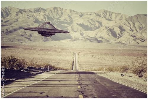 Photo ufo flying over the desert