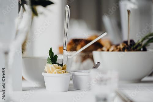 Acrylic Prints Appetizer Vorspeise auf einem festlich gedeckten Tisch