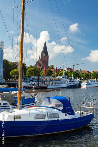 Fototapeta  Hafen mit Booten und Kirche in Barth bei Zingst