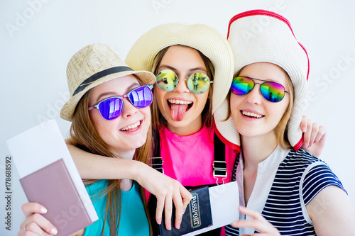 Obraz na dibondzie (fotoboard) Dziewczyny z paszportami i biletami