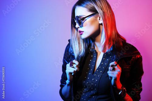 Plakat Fasonuje portret młoda elegancka kobieta w okularach przeciwsłonecznych.