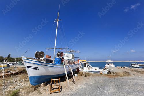 Fototapeta Tradycyjna łódź rybacka na suchym lądzie
