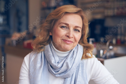 Fotografia  Happy mature woman looking at camera