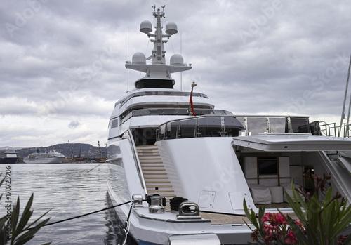 Plakat luksusowy jacht w porcie