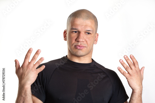 Young skinhead man raised his hands up Fototapet