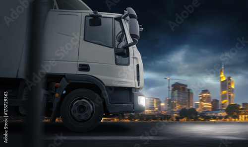 Fototapeta Truck infront of a City