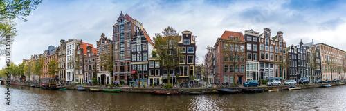 Poster Amsterdam Panorama d'un canal et ses maisons typique à Amsterdam, Hollande, Pays-bas