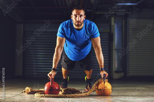 Zdjęcie XXL Przystojny młody człowiek ćwiczeń