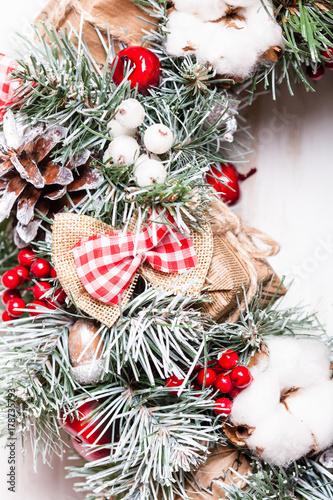 Red And White Christmas Wreath Kaufen Sie Dieses Foto Und Finden