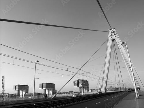 Foto auf AluDibond Port Brückenpfeiler und Spannseile der Serverinsbrücke über den Rhein in Köln, fotografiert in neorealistischem Schwarzweiss