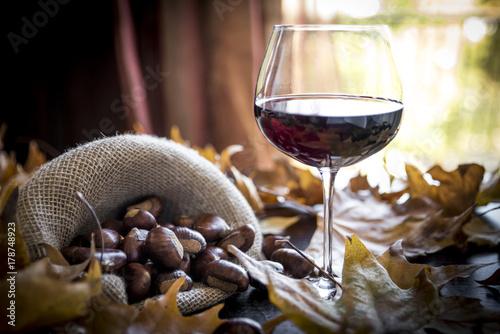 castagne con bicchiere di vino