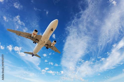 Zdjęcie XXL samolot pasażerski pływające w błękitne niebo.