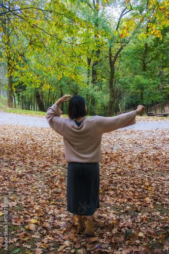 Photo mujer dentro del bosque