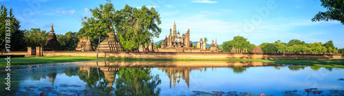 Fotomural Sukhothai Historical Park at day time, Sukhothai province