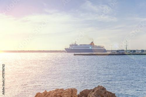 Plakat Big niebieski i biały statek zadokowany w porcie w Grecji wyspa Rhodes w mieście Rhodes z lans flary