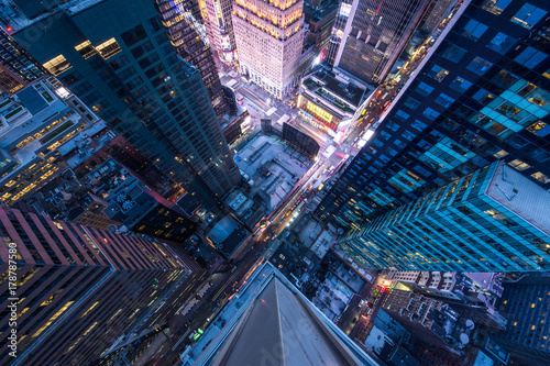 Photo  Bird's eye view of Manhattan, looking down at people and yellow taxi cabs going down 5th Avenue