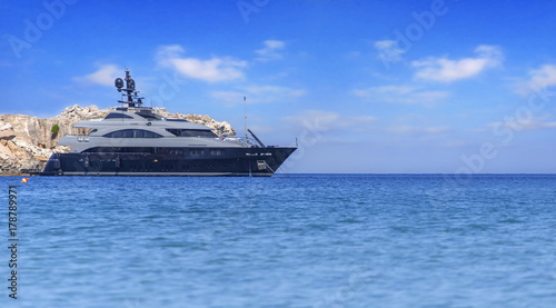 Plakat Duży luksusowy piękny jacht dokował przy lata morzem ale przygotowywającym podróżować tropikalna piękna woda