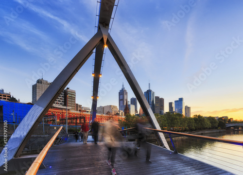 Fotomagnes ME Walker Bridge Blur People