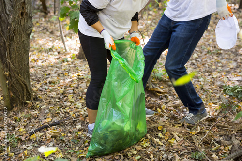 Photo Picking up trash in the forest