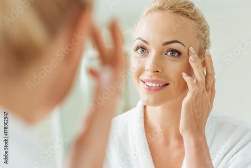 Fotomural  beautiful woman looking at mirror