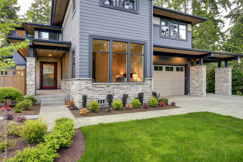 Photo Luxurious home design with modern curb appeal in Bellevue.