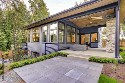 Obraz New modern home features a backyard with patio - fototapety do salonu